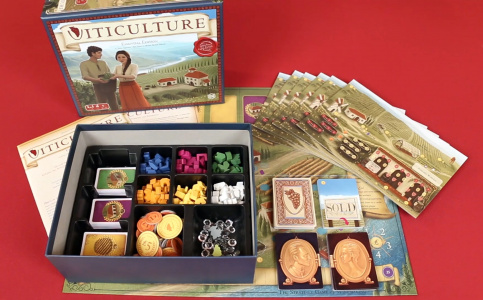 "Zawartość pudełka. Kadr z filmu ""Viticulture - Essentials Edition - Overview"" autorstwa Watch It Played na Youtube.com"