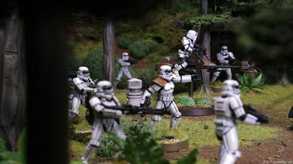 Siły imperium maszerują przez lasy Endoru